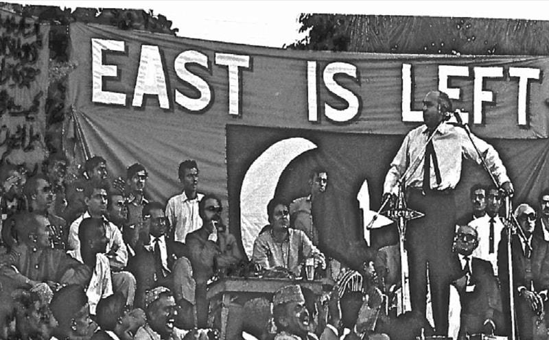 ذوالفقار علی بھٹو 1970 کی الیکشن مہم کے دوران این ایس ایف کے جلسے سے خطاب کر رہے ہیں